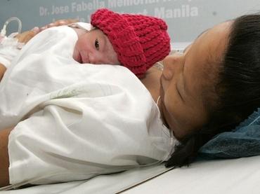 Contacto piel a piel temprano asociado con mayor éxito en la lactancia
